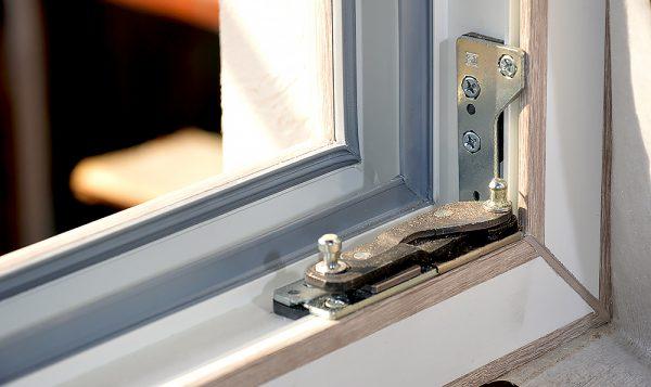 remont-i-zamena-furnitury-okna_02-e1572438838399-600x357