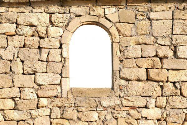 6906311-fen-tre-dans-l-ancien-mur-de-pierre-blanc-isol-1-1-600x402