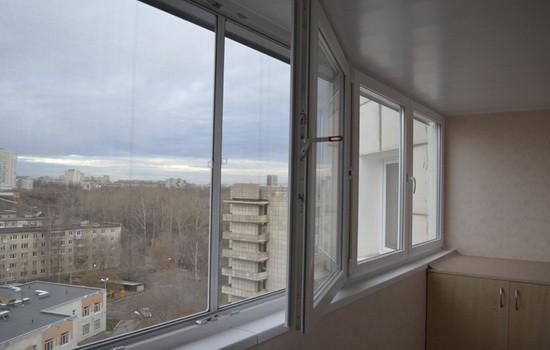 primer shtulpovogo okna na lodzhii 550x350