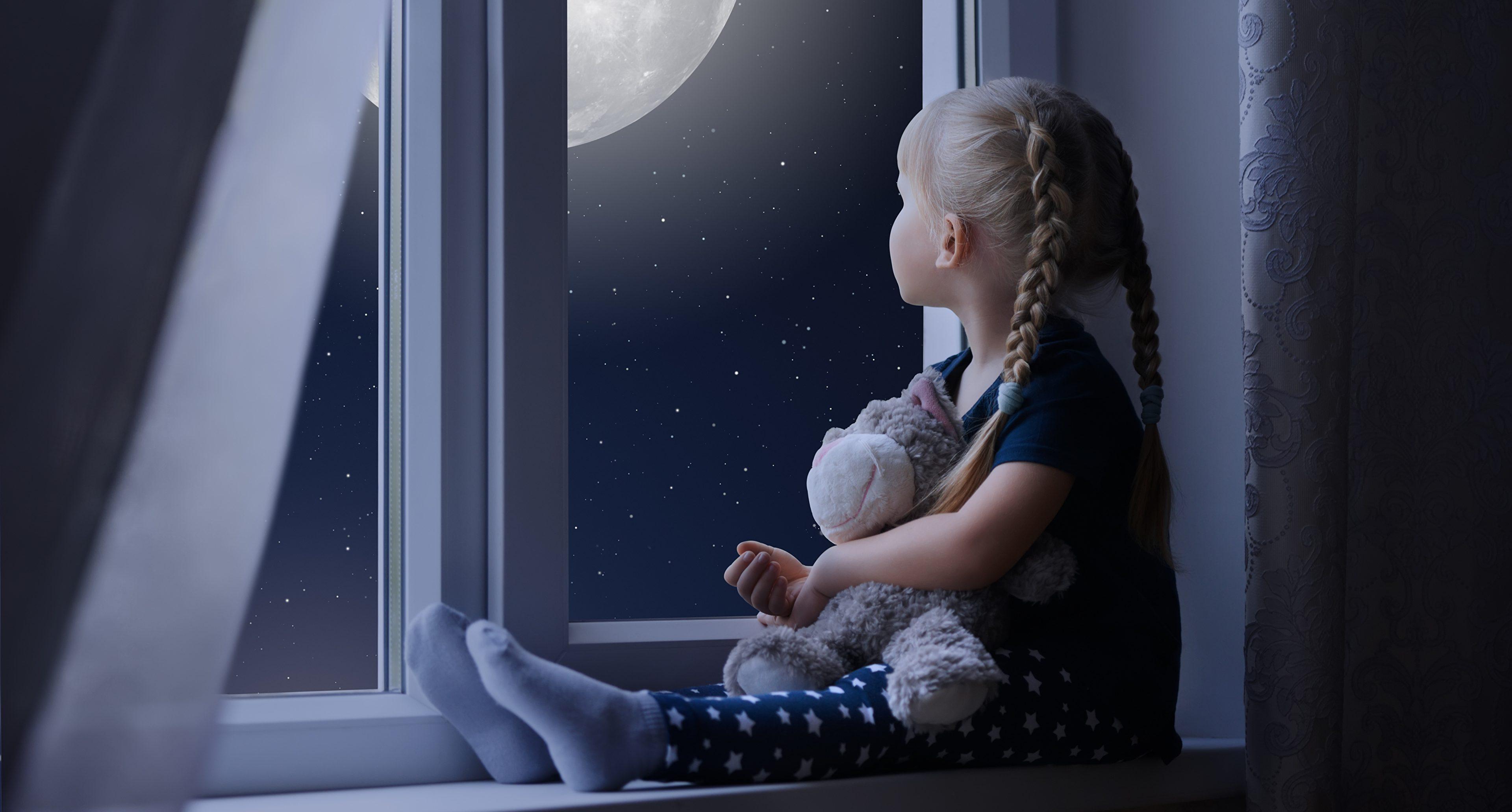 window little girls sitting night 535867 3840x2400