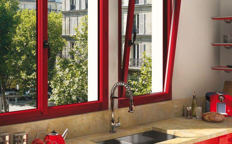 krasnoe metalloplastikovoe okno s dvukhstoronnei laminatsiei