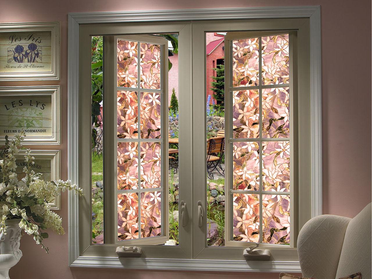 vitrazhnoe okno s tsvetochnymi motivami