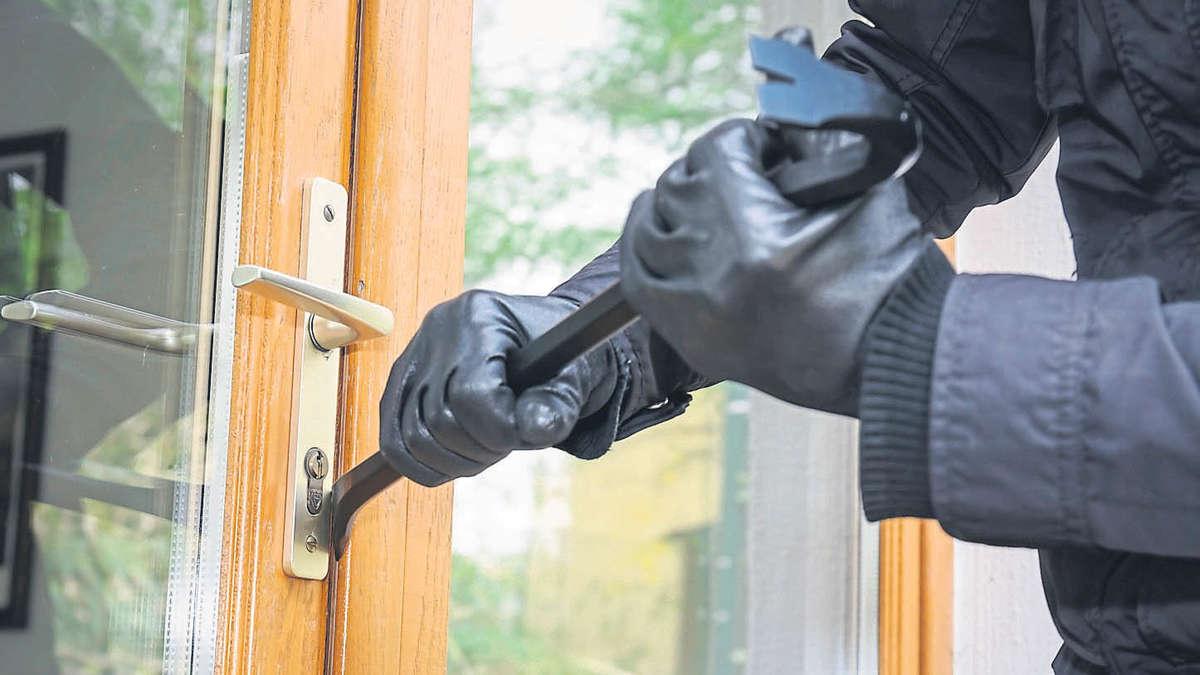 1482986564 fuer einen profi kein grosses problem ein einbrecher versucht ueber eine terrassentuere einzubrechen 1aef
