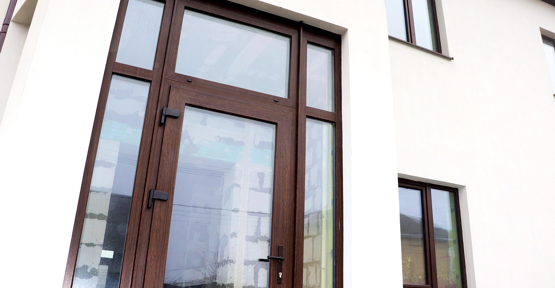 Пластиковые входные двери в частный дом