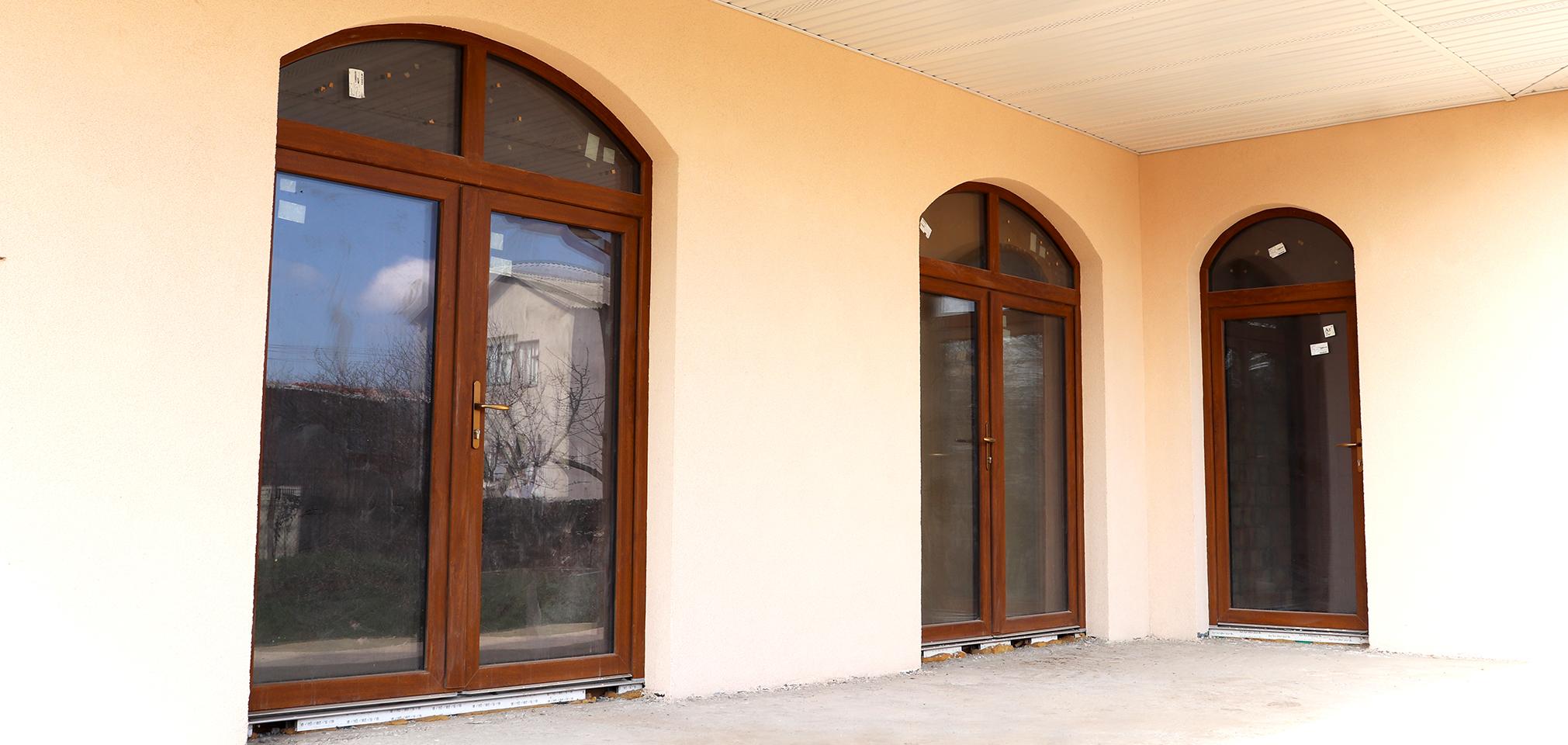 Входные металлопластиковые двери со стеклом
