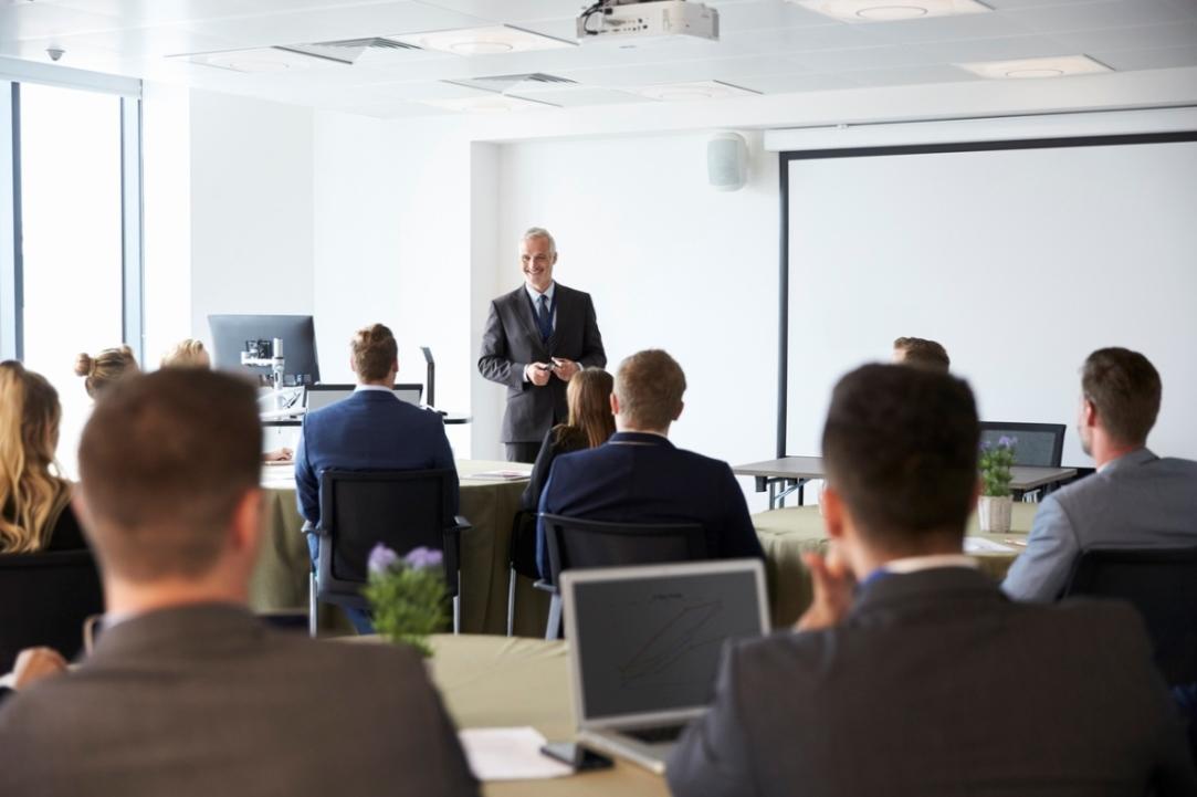 3mature businessman making presentation a 8x838 2 soveshhanie ili trening
