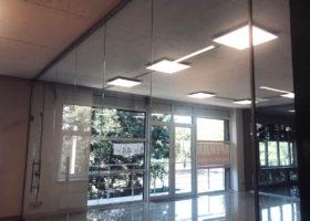 цельностеклянная перегородка в офисном здании